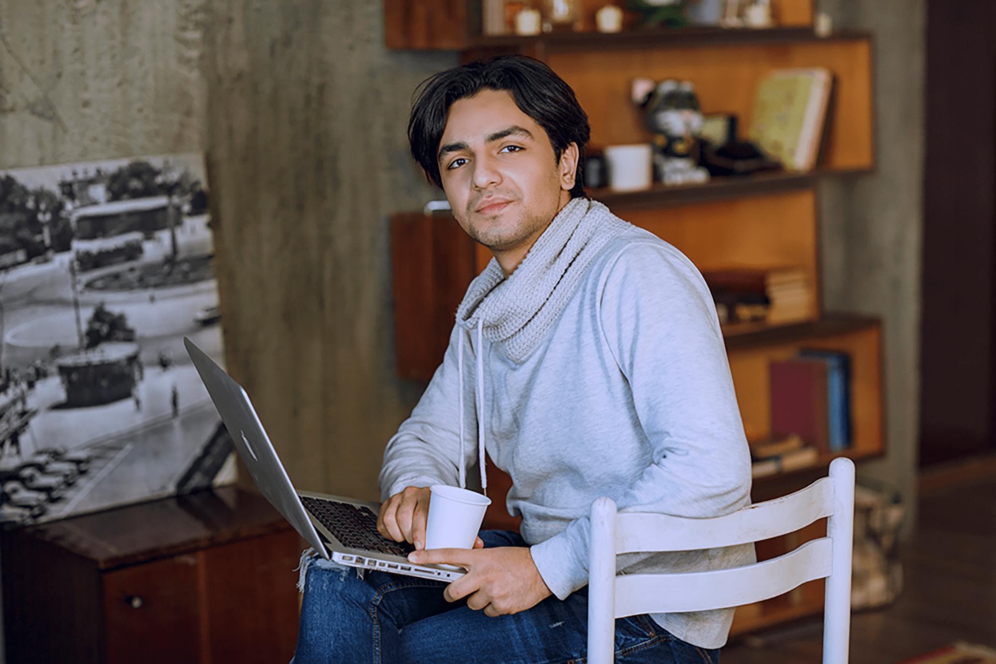 Kapitały, mężczyzna przy laptopie, varico