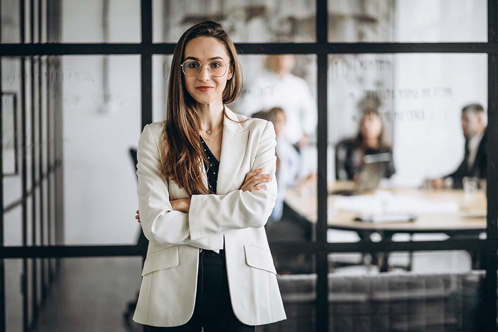 Kobieta w biurze, uśmiechnięta bizneswoman, rejestracja numeru REGON